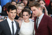 Taylor Lautner Kristen Stewart and Robert Pattinson attend The Twilight Saga Eclipse Los Angeles premiere — Stock Photo
