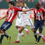 ������, ������: Ben Zemanski controls the ball while holding off David Beckham