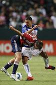 Daniel hernandez i chivas justin braun walki o piłkę podczas gry — Zdjęcie stockowe