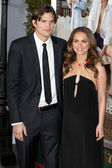 Natalie Portman and Ashton Kutcher arrive at the Paramount Pictures premiere of No Strings Attached — Stock Photo