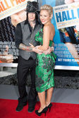 Nicky Whelan and DJ Ashba arrive at the world premiere of Hall Pass — Stock Photo
