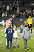 David Beckham and his kids walk off the pitch after the game — Stock Photo