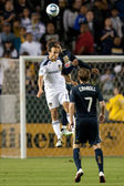 Carlos Valdes and Landon Donovan fight for a header during the game — Stock Photo