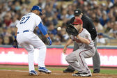 Matt Kemp avoids a being picked off by Xavier Nady during the game — Stock Photo