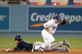 Carlos Gomez uccessfully steals second past Los Angeles Dodgers second baseman Aaron Miles during the game — Stock Photo