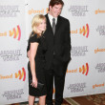 NFL linebacker Scott Fujita and his wife arrive at the 21st Annual GLAAD Media Awards — Stock Photo