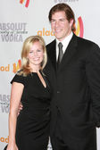 NFL linebacker Scott Fujita and his wife arrive at the 21st Annual GLAAD Media Awards — Stock Photo