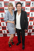 R Mark Ruffalo and wife Sunrise Ruffalo arrive at 'The Kids Are All Right' premiere — Stock Photo