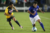 Maximiliano Biancucchi dribbles away from Club America Angel Reyna during the game — Stock Photo