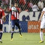 DARIO DELGADO cheast traps the ball during the Chivas USA vs DC United game — Stock Photo
