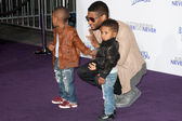 USHER and kids arrive at the Paramount Pictures Justin Bieber: Never Say Never premiere — Stock Photo