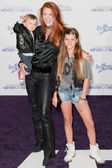 ANGIE EVERHART and family arrive at the Justin Bieber: Never Say Never premiere — Stock Photo
