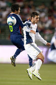 Francisco Mendoza and Benny Feilhaber fight for a header during the game — Stock Photo
