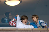 Victoria Beckham, Brooklyn Beckham, and Romeo Beckham during the game — Stock Photo