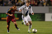 Luis Gil and David Beckham fight for the ball during the Major League Soccer game — Stock Photo
