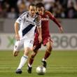Sebastian Velasquez chases down Landon Donovan during the game — Stock Photo