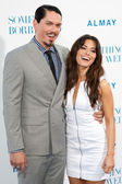 Steve Howey & actress Sarah Shahi arrive at the Los Angeles premiere — Stock Photo