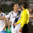 Chad Barrett  argues with the referee after his teammate got red carded during the Major League Soccer game — Stock Photo