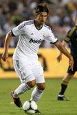 Sami khedira w akcji w świecie piłki nożnej wyzwanie gra — Zdjęcie stockowe