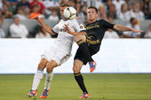 Bryan Gaul and Nacho Fernandez in action during the World Football Challenge game — Stockfoto