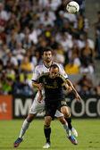 Landon donovan i raul albiol w akcji w świecie piłki nożnej wyzwanie gra — Zdjęcie stockowe