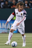 Kyle Beckerman controls and passes the ball during the game — Stock Photo