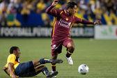 Elgabry Rangel being tackled by Adolfo Rosinei during the InterLiga 2010 match — Stock Photo