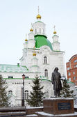 Pokrovsky Cathedral and monument to Russian artist V.I. Surikov in the city of Krasnoyarsk — Stock Photo