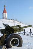 La pistola e la cappella di s. paraskeva cima Monte Karaulnaja in krasnoyarsk — Foto Stock
