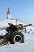 The gun and Chapel of St Paraskeva on the top of Karaulnaya mountain in Krasnoyarsk — Stock Photo