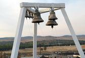Dzwonnica kościoła wiejskich w miejscowości khuzhir — Zdjęcie stockowe
