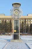 Transparente uhr mit pendel in einem zentralen platz in krasnojarsk — Stockfoto