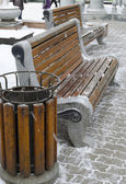 Bench and the litter-box of wooden slats in the Krasnoyarsk square in winter — Stock Photo