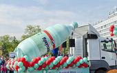 Irkutsk, russia - 2 giugno 2012: il Carnevale per le strade di irkutsk in onore della giornata città in 2 giugno 2012 a irkutsk, russia. festosamente decorate auto della fabbrica di imbottigliamento dell'acqua minerale — Foto Stock