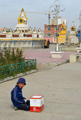 The boy ask alms in the courtyard of the Central datsan in Ulan Bator — Stock Photo