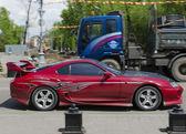 城市街道上的红色跑车 — 图库照片