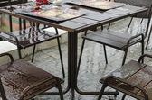 мокрый пустой таблицы в кафе на открытом воздухе во время ливня — Стоковое фото