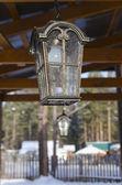 国の家のベランダに鋳鉄製ランタン — ストック写真