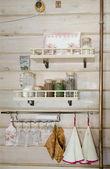Fragment z kuchyňského interiéru v venkovském domě. vesnický styl — Stock fotografie