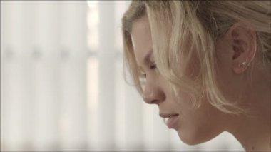 Porträtt av unga vackra kaukasiska blonda kvinnan — Stockvideo