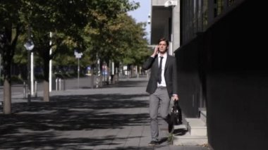 Young businessman talking on mobile phone — Stock Video