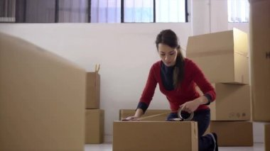 Portrait of mid adult happy woman moving with boxes — Stock Video