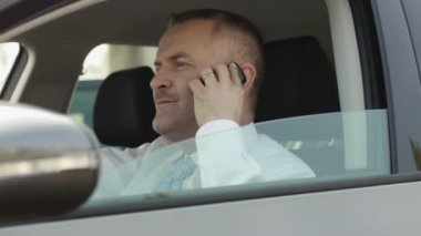 Business man on the phone while driving car — Stock Video