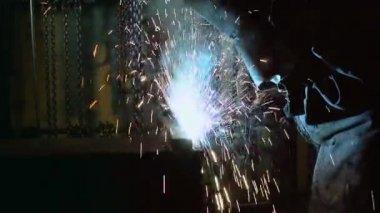 Manual worker using welding mask — Stock Video