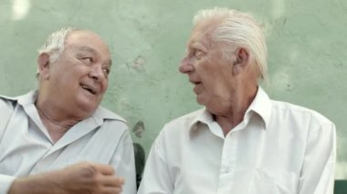 Group of three elderly male friends talking and laughing — Stock Video