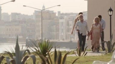 Família com homem, mulher, avô, avó e filho caminhando — Vídeo Stock