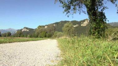 Sport-aktivitäten: junge erwachsene radfahrer reiten mountain-bike auf dem lande auf feldweg. — Stockvideo
