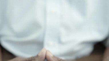 Yaşlı siyah bir erkek gülümseyen — Stok video