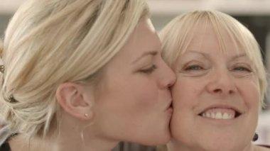 Glückliche senior frau mit brille, die lektüre zu hause — Stockvideo