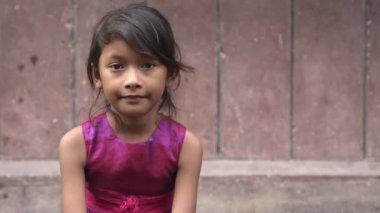 портрет мило азиатских девочек, глядя на камеру. копией пространства — Стоковое видео